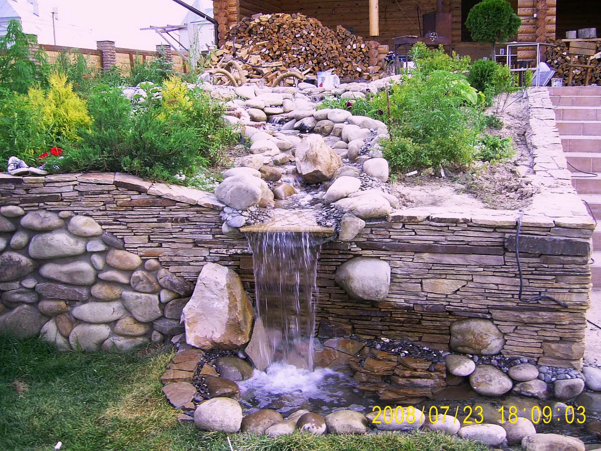 водопад на опорной стенке