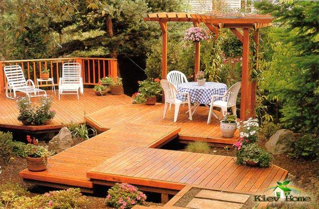 дерев'яний настил в саду