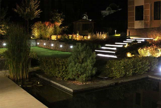 освітлення саду з водоймою вночі