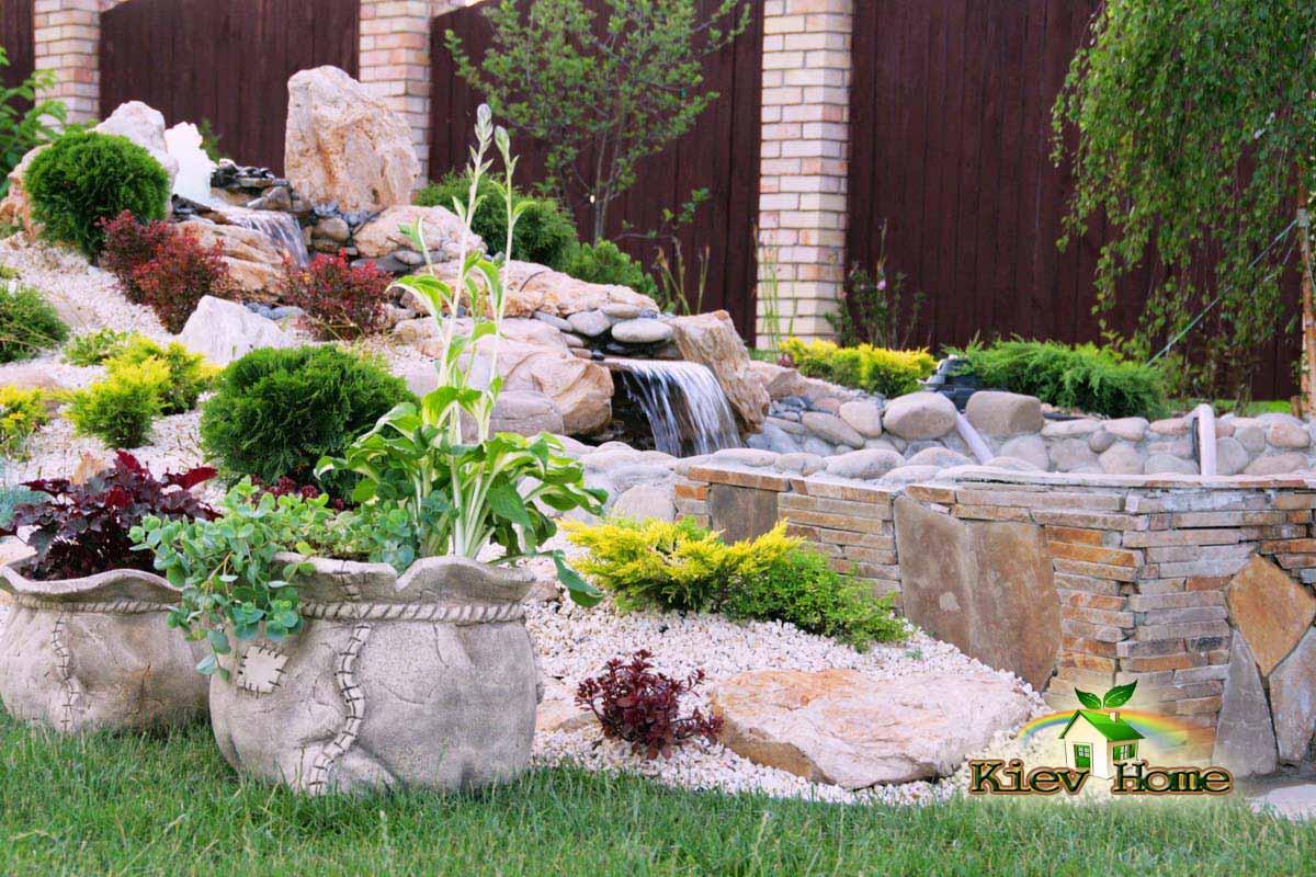 Водоспад оформлений рослинами