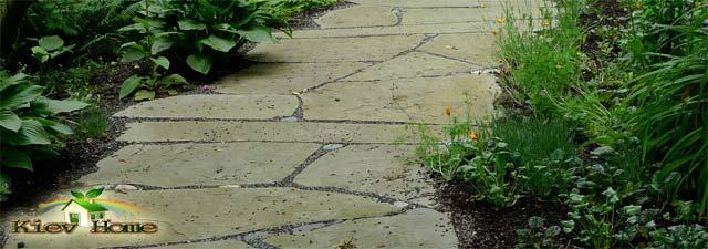 доріжка в саду з каменю