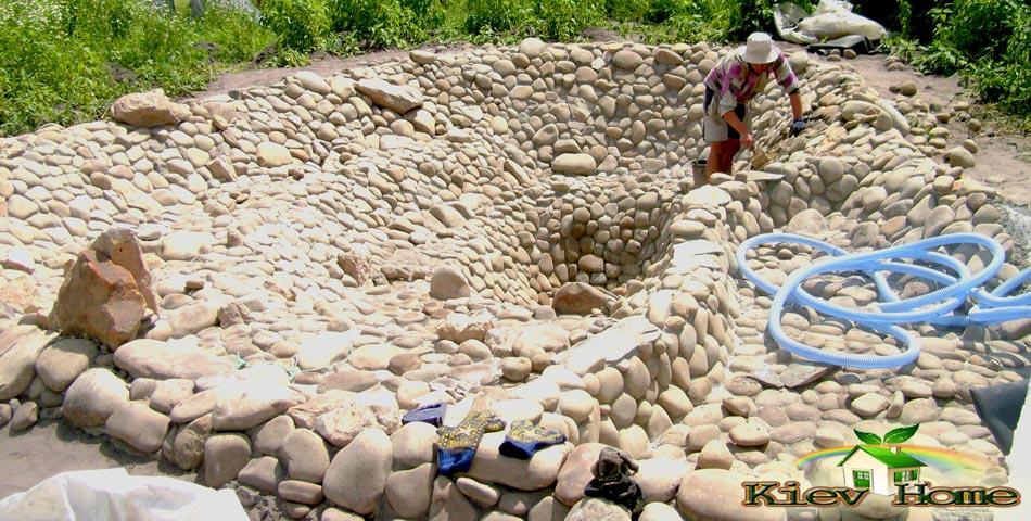 декоративный камень в пруду
