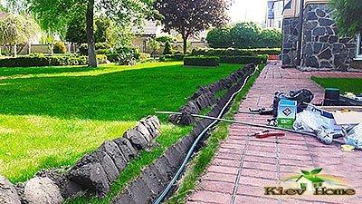 Вырезание газона при монтаже автополива