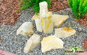 Ландшафтный дизайн клумбы из камня, коры и декоративных растений